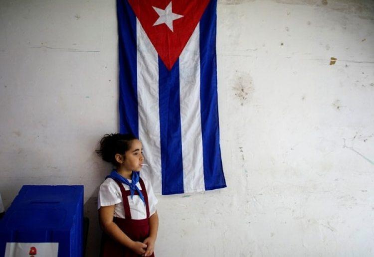 Sofia Ema, de 8 años, espera en un centro de votación en La Habana, Cuba (REUTERS/Alexandre Meneghini)