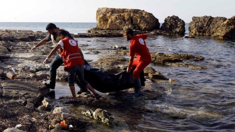Rescatistas retiran los cuerpos de migrantes de las costas de Libia (REUTERS/Ismail Zitouny)