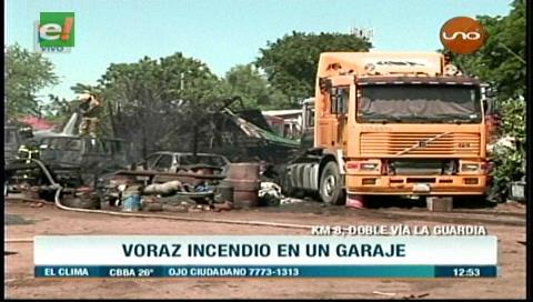 Incendio en un taller mecánico deja cinco vehículos calcinados