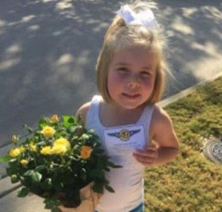 Hadley Shilson, de 5 años, amiga de la familia Damm entrega flores a su vecino (Cortesía de Tyra Damm / The Washington Post)