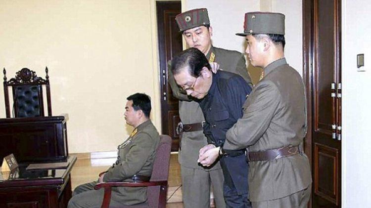 Kim Jong-un ejecutó a su tío tras asumir el poder, como parte de sus salvajes purgas (Reuters)