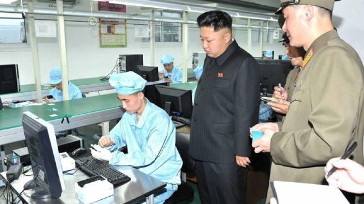 Kim Jong-unen una fábrica de teléfonos norcoreanos