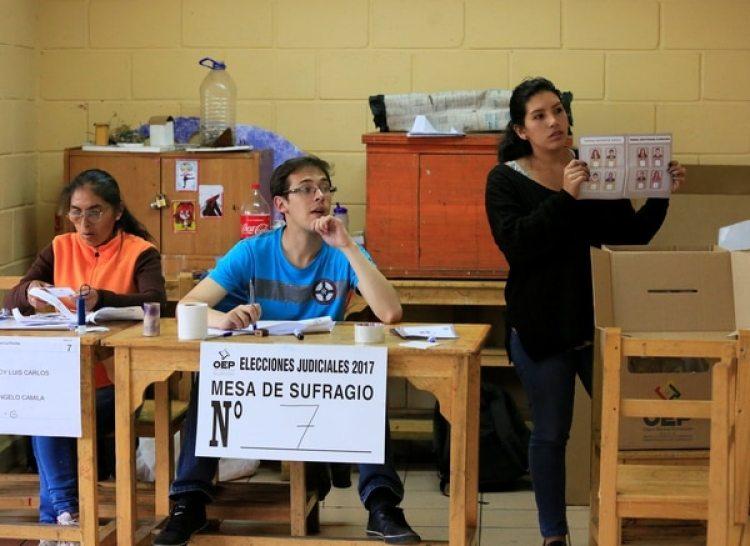 Un mujer deposita su voto en la urna en las votaciones de este domingo. (REUTERS/David Mercado)