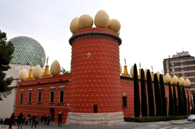 El Teatro-Museo Dalí se encuentra en la Plaza Gala-Salvador Dalí, en Figueras, España