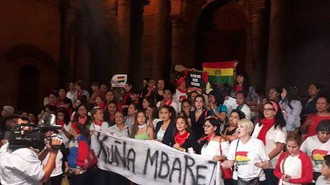 El movimiento Kuña Mbarete en las puertas de la catedral de Santa Cruz.
