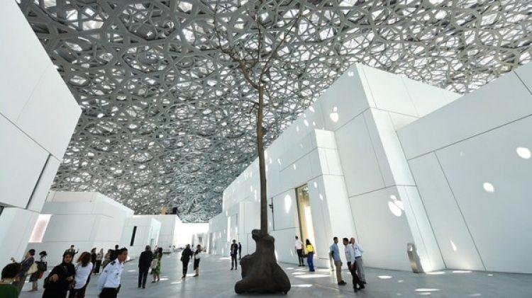 Interior del nuevo museo Louvre en Abu Dhabi. (AFP PHOTO / GIUSEPPE CACACE)