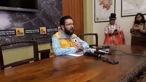 El director Jurídico de la Alcaldía de La Paz, Fernando Velásquez, en conferencia de prensa sobre la Ley 233.