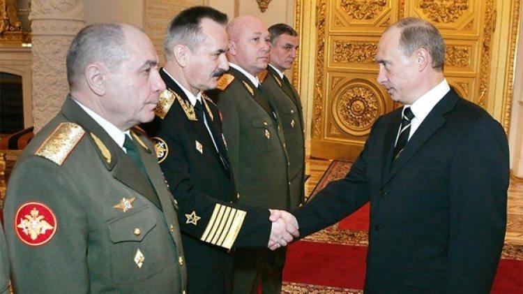 Esta foto de 2007 publicada originalmente por el Kremlin muestra al líder ruso Vladimir Putin junto al general de tres estrellas Nikolai Fedorovich Tkachev (primero a la izquierda)