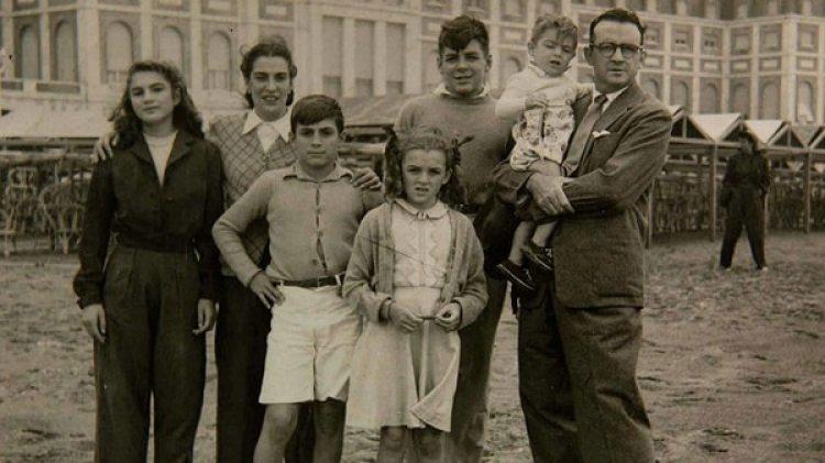 """La familia Guevara en Mar del Plata. Año 1945. En la foto, Celia Guevara de la Serna, Celia de la Serna, Roberto y Ana María Guevara de la Serna, Ernesto Guevara (luego """"El Ché""""), su padre Ernesto Guevara Lynch. En brazos, Juan Martín Guevara de la Serna."""