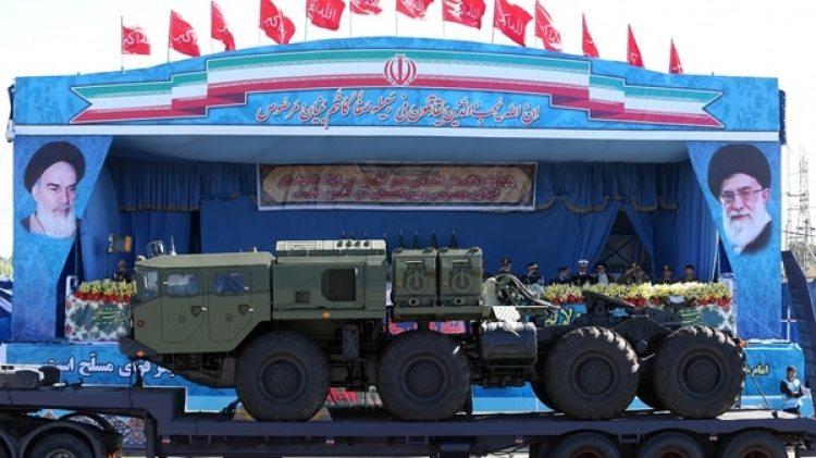 Sistema antimisiles rusos, frente a los retratos de líderes iraníes (AP)