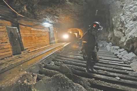 Huanuni. Un trabajador distribuye la carga en uno de los sectores donde se tritura el mineral.