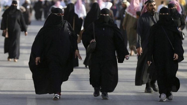 Las mujeres en Arabia Saudita deben andar completamente cubiertas y no puede acceder a cualquier trabajo