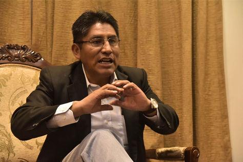 El gobernador de La Paz, Félix Patzi, durante la entrevista con Animal Político en su despacho. Foto: Luis Gandarillas