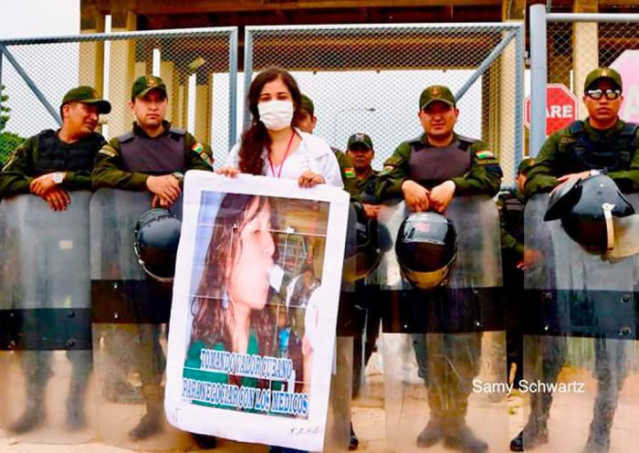 EN SANTA CRUZ, ESTUDIANTES DE MEDICINA PROTESTAN CONTRA LA MINISTRA DE SALUD.
