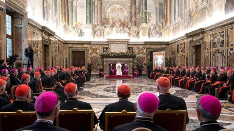 El Papa Francisco trasmite su mensaje a la Curia Romana con motivo de la Navidad en el Salón Clementino del Vaticano, 21 de diciembre de 2017. (Reuters)