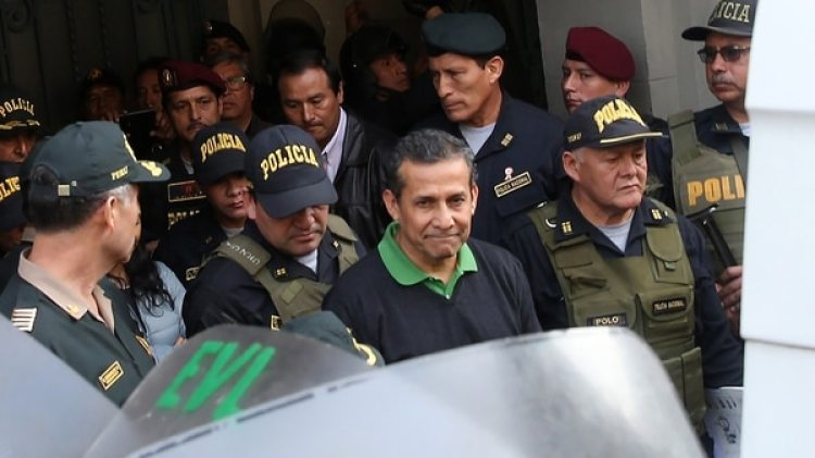 El momento en que el ex presidnete Ollanta Humala era trasladado a prisión (EFE/Ernesto Arias)