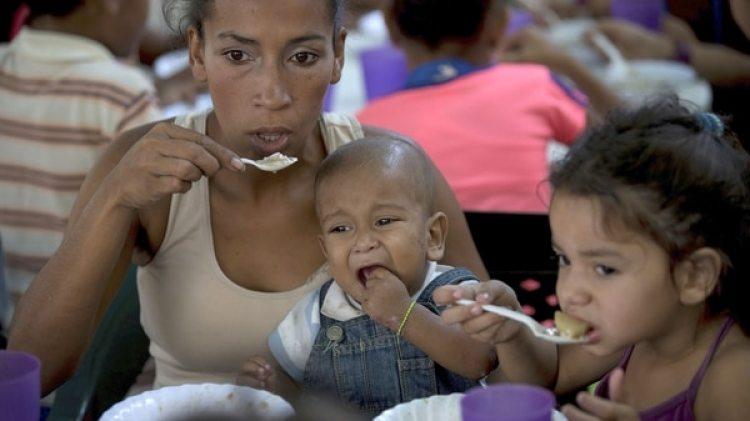 Varios miembros de la oposición han emprendido en las últimas semanas diversos proyectos sociales, como el de comedores populares (AP Photo/Fernando Llano)