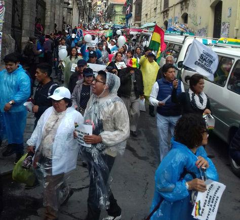 Médicos y familiares marchan por la calle Indaburo.