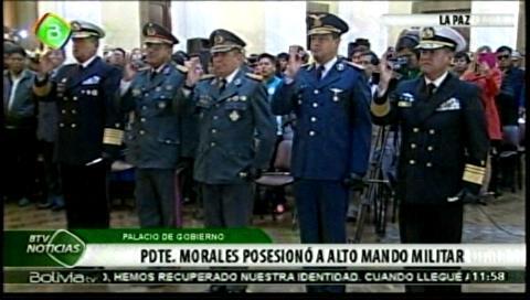 Evo Morales posesiona al nuevo Alto Mando militar en acto en Palacio