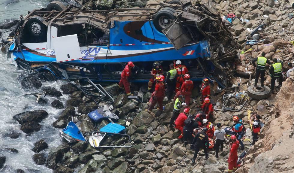 Servicios de emergencias, junto al autobús siniestrado este martes en Pasamayo (Perú).