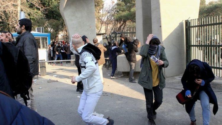 Un grupo de manifestantes universitarios huyen de la represión de policial en Teherán. / AFP PHOTO / STR
