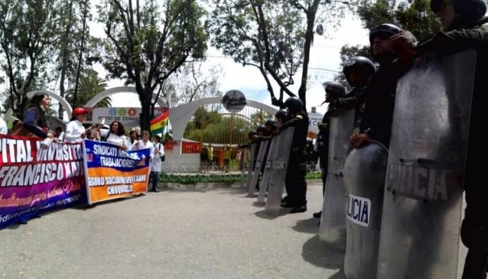 Los médicos intentaron llegar al frontis del TSJ por el Parque Bolívar. Foto: CORREO DEL SUR/J. Luis Rodríguez