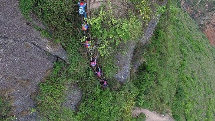 Los niños del pueblo deben escalar esa peligrosa escalera para asistir a la escuela