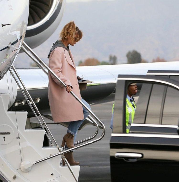 Camila Morrone, bajando del avión privado (Grosby Group)