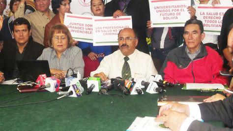 Aníbal Cruz, presidente del Colegio Médico de Bolivia, anuncia la decisión de ir al diálogo.