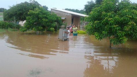 El agua de lagunas inundó varias viviendas en Puerto Pailas, Santa Cruz. Foto:Jaime Herrera