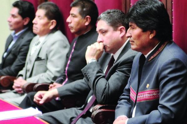 Críticos: Morales posesionó a tribunos derrotados por el nulo