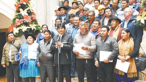 El presidente Evo Morales junto a dirigentes de la Conalcam.