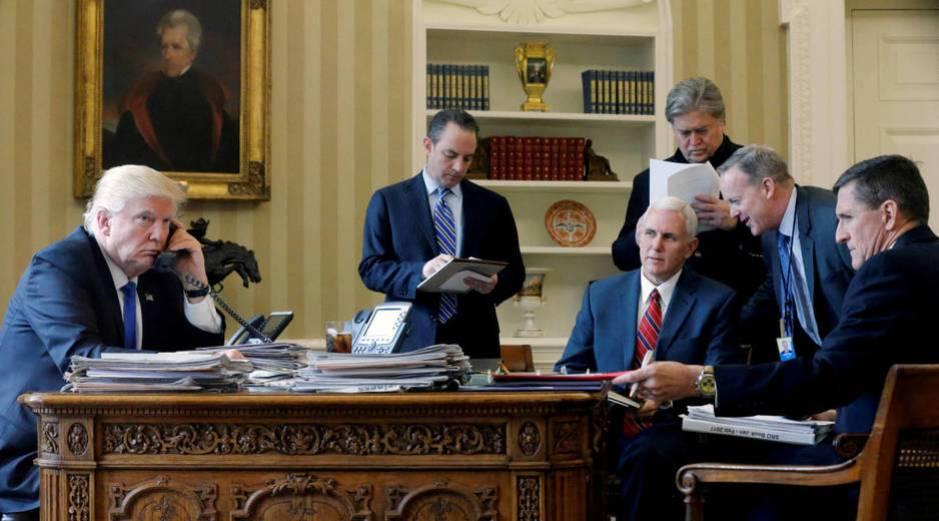Donald Trump, Reince Priebus, Mike Pence, Steve Bannon, Sean Spicer y Michael Flynn durante una llamada entre Trump y Vladimir Putin, en la Casa Blanca. (Reuters)