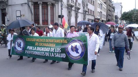 Marcha de médicos en Cochabamba. Foto:Fernando Cartagena