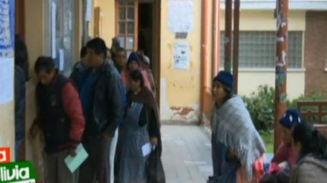Fila para la compra de fichas en el Hospital de Clínicas de La Paz. Captura Boliviatv