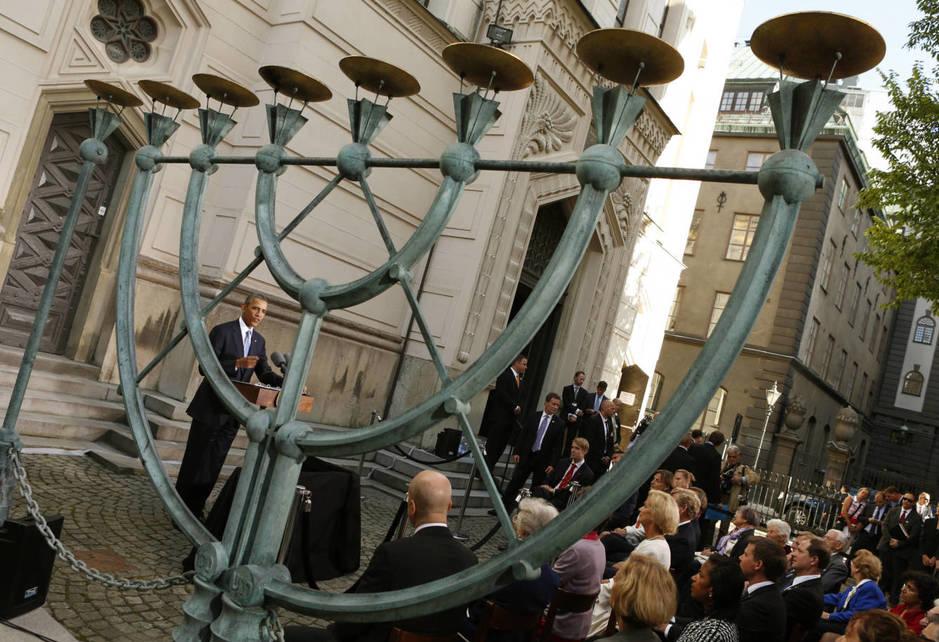 Barack Obama durante una visita a la Gran Sinagoga de Estocolmo. (Reuters)