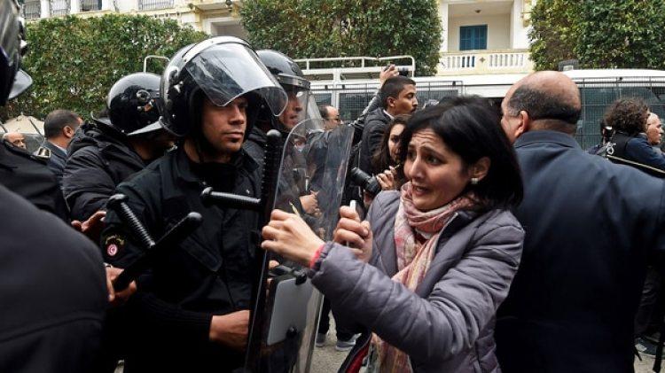 Miles de personas protestaron en distintas ciudades de Túnez contra la política de austeridad del gobierno (AFP)