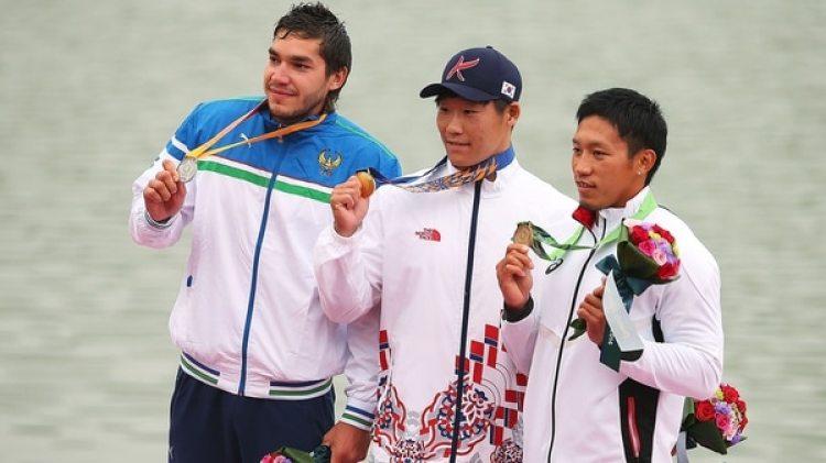 Seiji Komatsu, quien posa con el ramo y la medalla de bronces, fue dopado por su colega Yasuhiro Suzuki(Getty Images)
