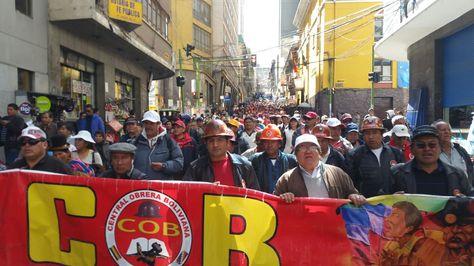 Marcha de la Central Obrera Bolivia en el centro de La Paz.