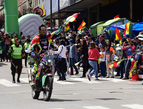 El piloto boliviano Juan Carlos Salvatierra por la avenida Camacho en enero del año pasado, cuando la columna del Dakar 2017 llegó a La Paz. Foto: Archivo La Razón