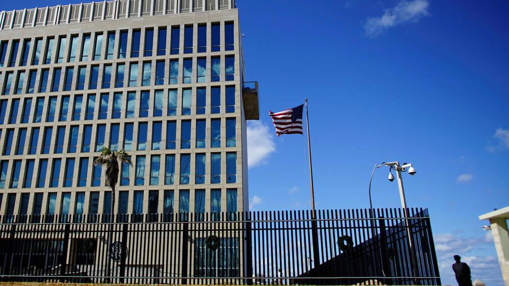 Foto: Un guardia de seguridad vigila la Embajada estadounidense en La Habana, el pasado 12 de diciembre de 2017. (Reuters)
