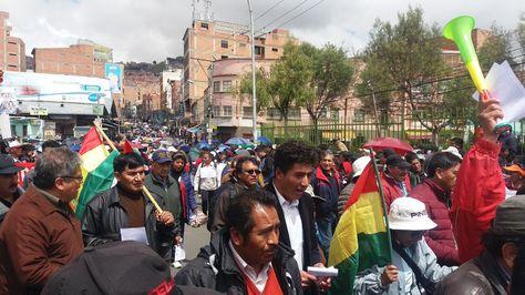 La marcha del Conade en su paso por el sector del Cementerio de La Paz.