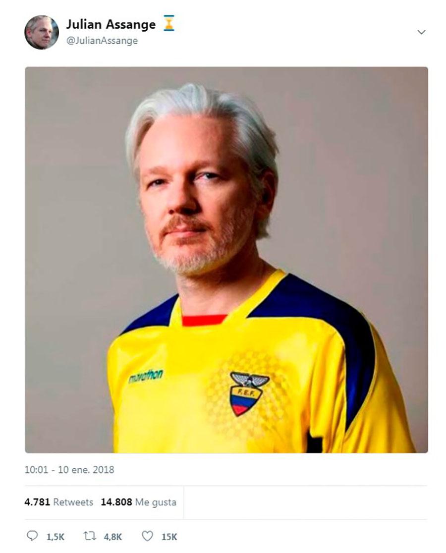 Julián Assange publicó en Twitter esta imagen, en la cual se le ve con la camiseta de futbol de Ecuador. EFE/END