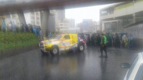 Manifestantes impiden el paso de un vehículo de avanzada del Dakar en la avenida Montes de La Paz.