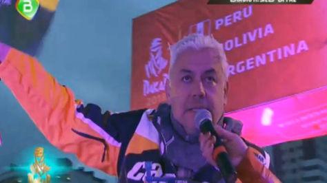 El momento preciso en que el competidor nacional se dirige al presidente Evo Morales, en el podio ubicado en el estadio Hernando Siles.