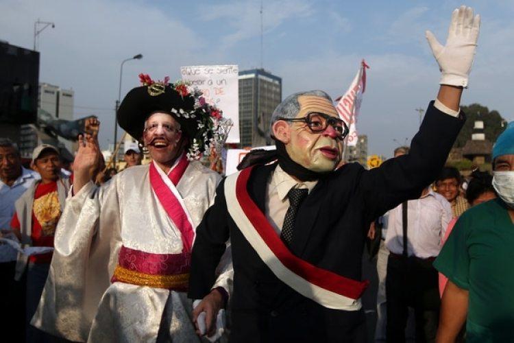 Dos manifestantes se disfrazaron de Fujimori, que viste un traje y la banda presidencial, y Kuczynski de geisha. REUTERS/Guadalupe Pardo