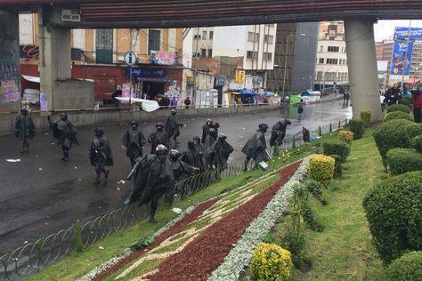 Efectivos policiales despejan la avenida Montes.