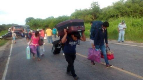 Con sus maletas a cuestas los viajeros tuvieron que hacer trasbordos en Puerto Suárez