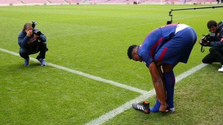 Yerry Minahizo un ritual muy particular durante su presentación como jugador del Barcelona FC (Reuters)