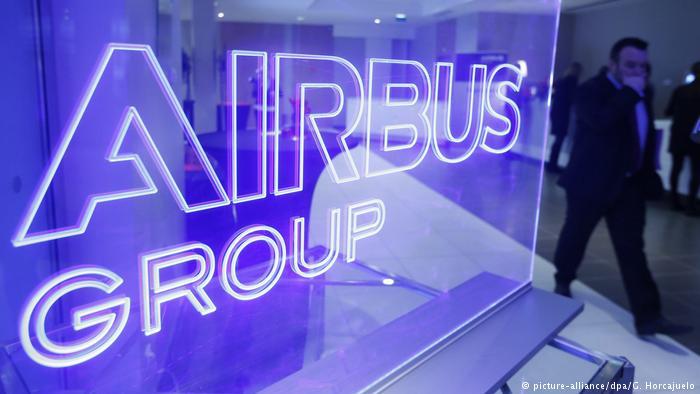 Airbus Logo (picture-alliance/dpa/G. Horcajuelo)